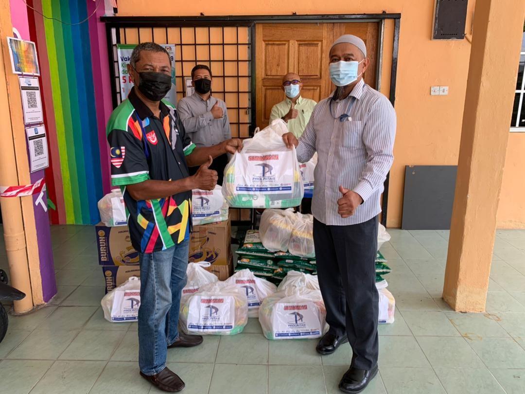 400 Families Receive Ramadan Raya Groceries - 4