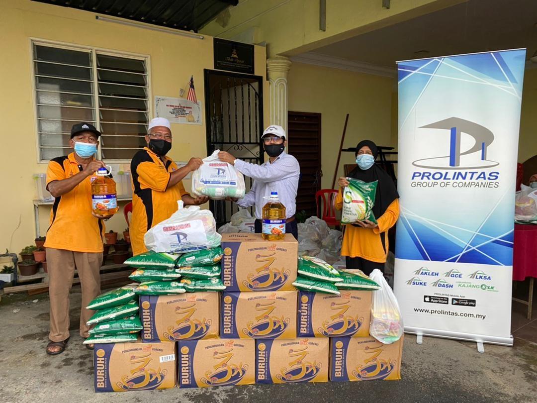 400 Families Receive Ramadan Raya Groceries - 3