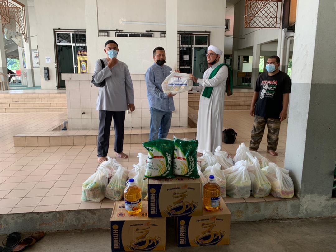 400 Families Receive Ramadan Raya Groceries - 7