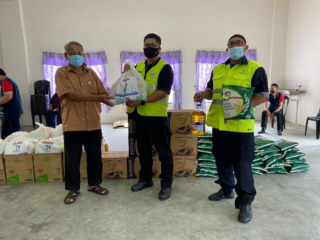 400 Families Receive Ramadan Raya Groceries - 9