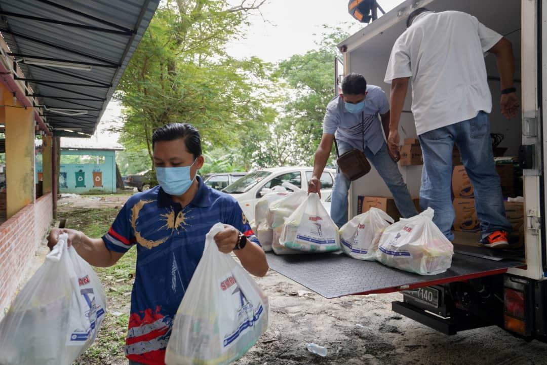 400 Families Receive Ramadan Raya Groceries - 8