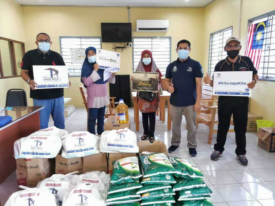 400 Families Receive Ramadan Raya Groceries - 1