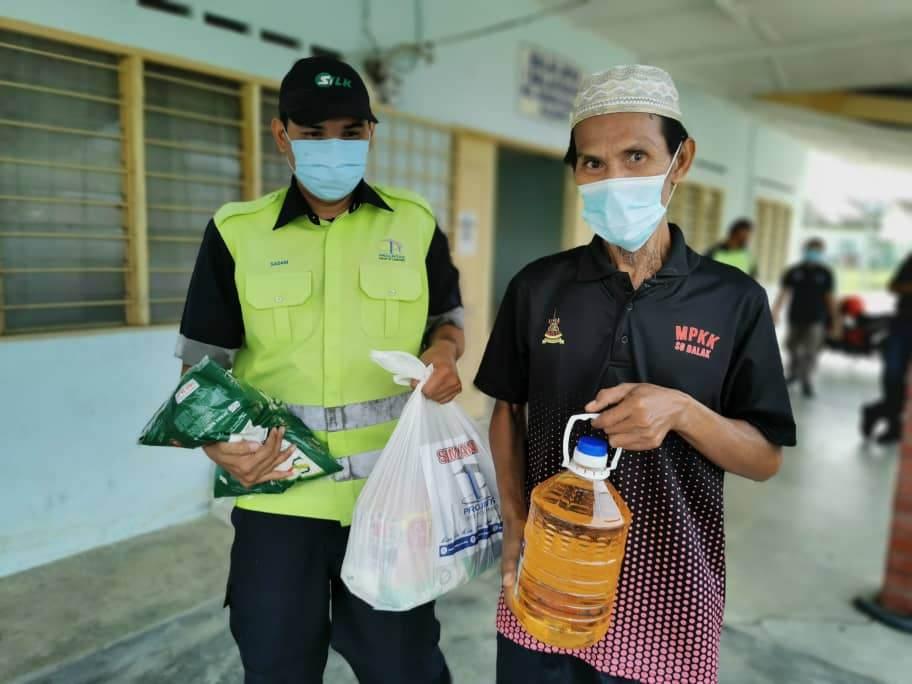 400 Families Receive Ramadan Raya Groceries - 5